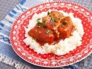 Задушено свинско месо с доматен сос върху канапе от варен ориз